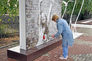 На открытии памятника героям комсомольцам